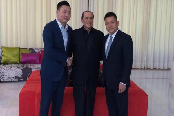 Silvio Berlusconi con Han Li (a sinistra) e Yonghong Li (a destra)