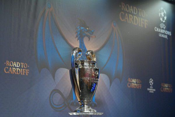 Torna la premiazione in campo per le coppe europee — L'UEFA ha deciso