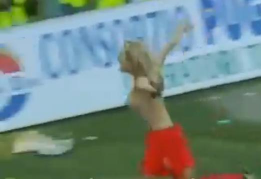 calcio-femminile-seno-nudo