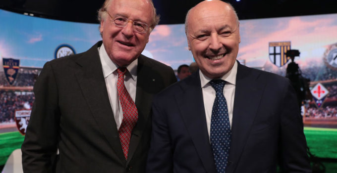 MILAN, ITALY - JULY 29:  AC Milan President Paolo Scaroni (L) poses with FC Internazionale CEO Giuseppe Marotta during the Serie A 2019/2020 fixture unveiling on July 29, 2019 in Milan, Italy.  (Photo by Emilio Andreoli/Getty Images for Lega Serie A)
