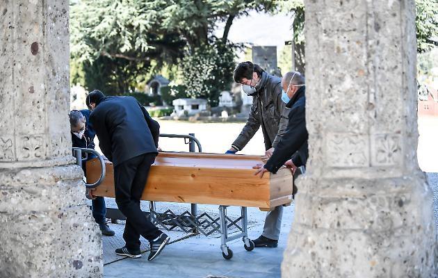 Coronavirus, ancora troppe bare nel Bergamasco: l'esercito le trasporta a Bologna