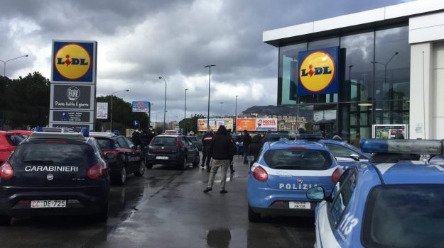 Coronavirus: Forze ordine presidiano i supermarket a Palermo